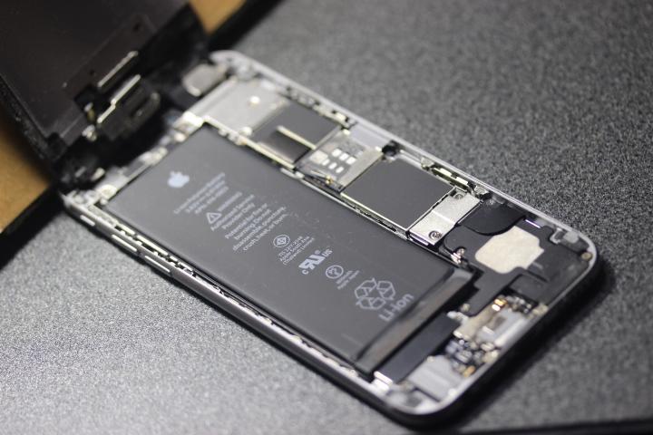 【iphone6 分解 修理】割れた液晶パネルの交換