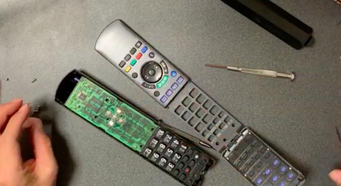 効きが悪いブルーレイレコーダー リモコンを分解修理「N2QAYB000554」